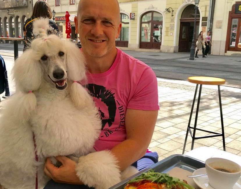 Zora jólnevelt kutyalány - vele akár pizzázni is bármikor beülünk útközben