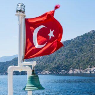 TÖRÖKORSZÁG FRISS INFORMÁCIÓ!!!  Magyarország és Törökország megállapodott arról, hogy keddtől kölcsönösen elfogadják az egymás által kiállított oltási igazolványokat, és mindazok, akik oltási igazolvánnyal rendelkeznek, szabadon közlekedhetnek a két ország között – jelentette be a külgazdasági és külügyminiszter hétfőn a Facebook-oldalán. Szijjártó Péter azt mondta, ez azt jelenti, hogy azok a török és magyar állampolgárok, akik már megkapták az oltást és az erről szóló igazolást, teszt és karantén nélkül utazhatnak a két országba.  A külgazdasági és külügyminiszter kiemelte, hogy a magyarok a felvett oltás típusától függetlenül szabadon utazhatnak be Törökországba keddtől, azaz a keleti – orosz Szputnyik V és kínai Sinopharm – vakcinákkal beoltott magyar állampolgárok is.  Részletek később.  Forrás: index  www.yourtrip2go.com www.alkossutazast.hu  #törökország #utazás #védettségi #riviéra